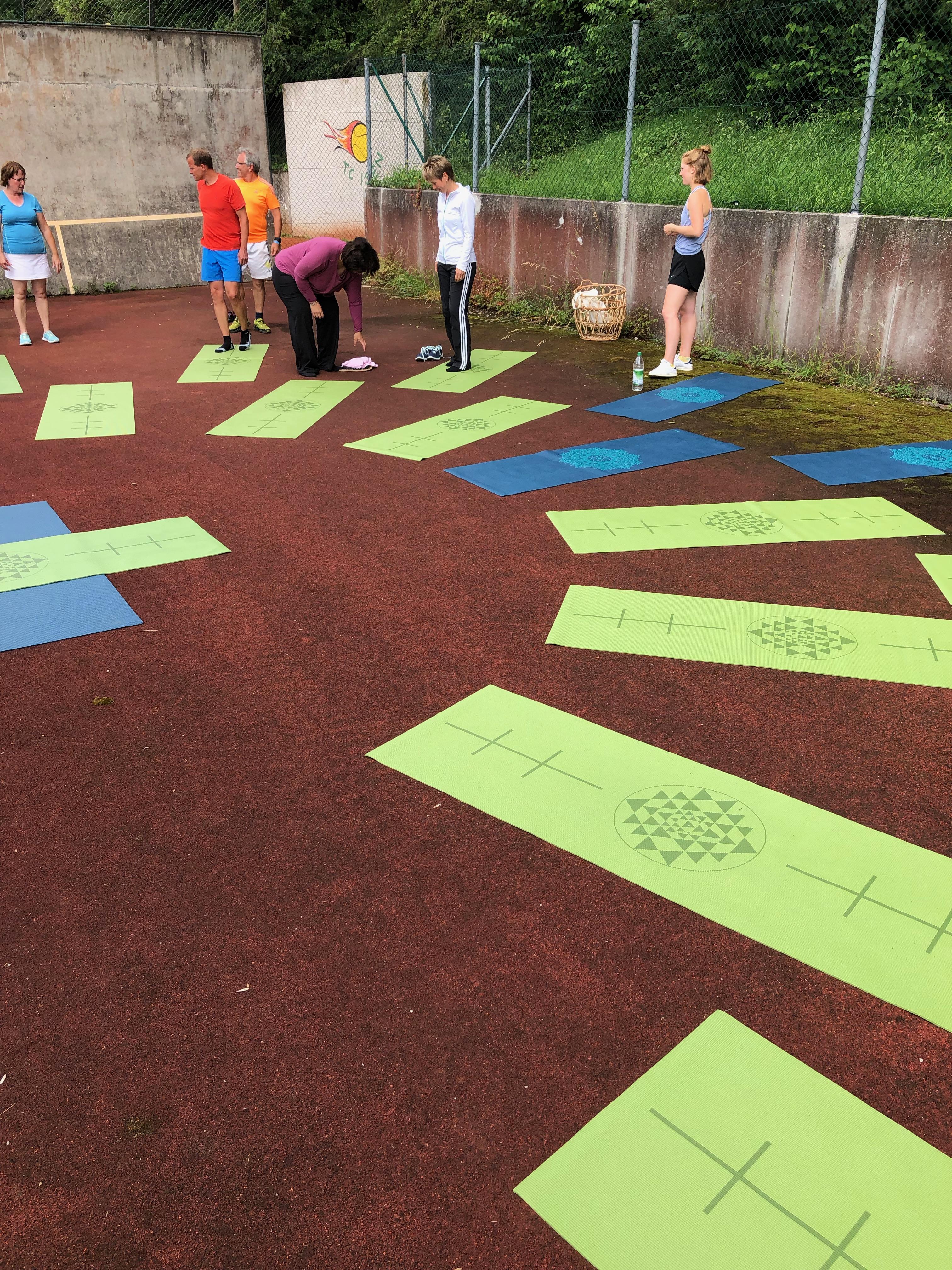 Yoga auf dem tennisplatz